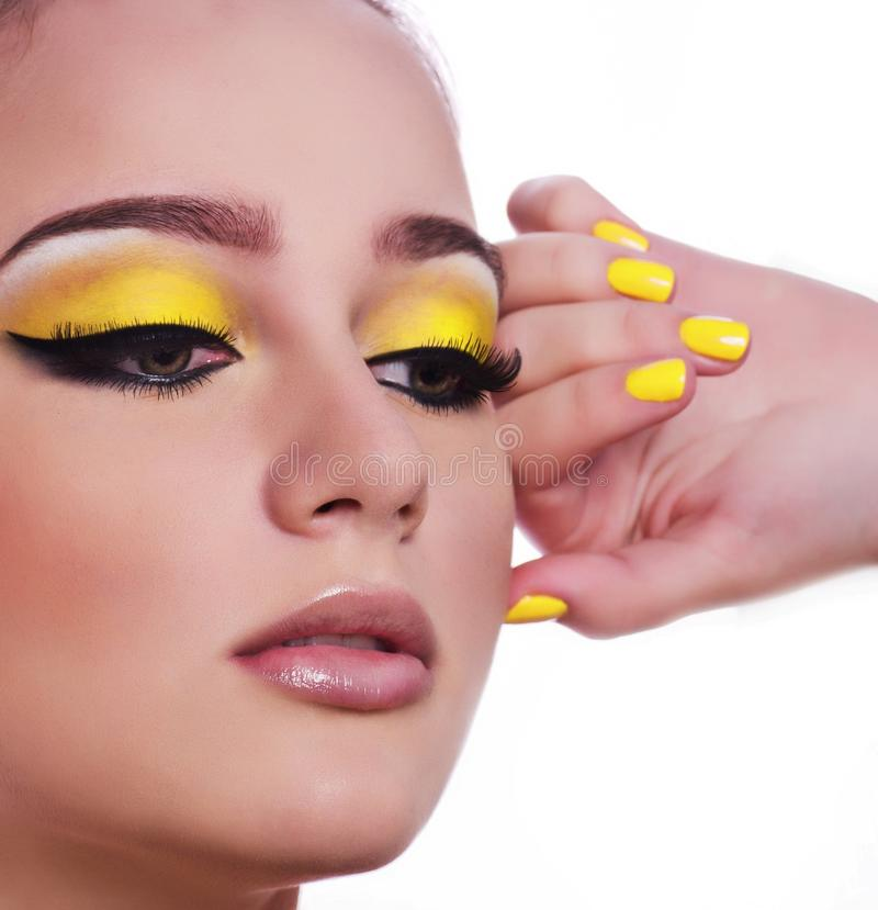 Porträt der schönen jungen Frau mit makeupyoung Frau mit Make-up lizenzfreie stockfotografie