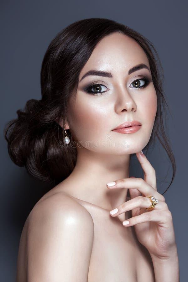 Porträt der schönen jungen Frau mit sauberem Gesicht lizenzfreie stockfotos