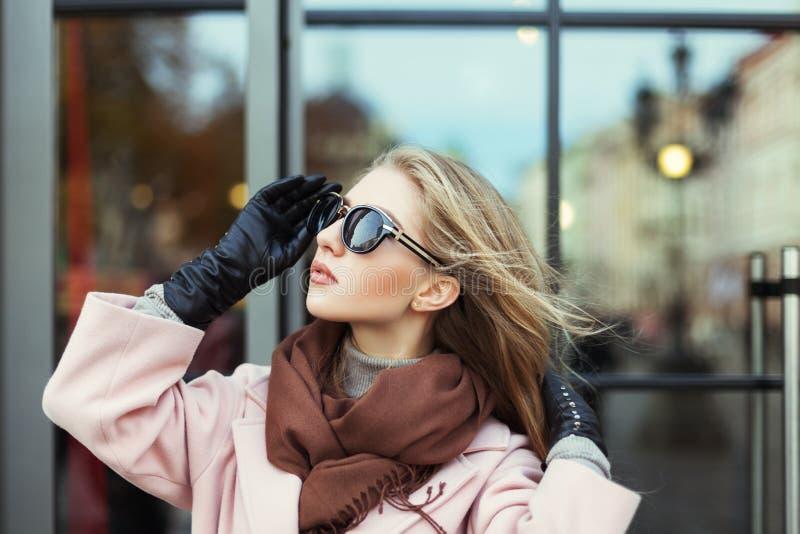 Porträt der schönen jungen Frau mit Sonnenbrille Vorbildliches beiseite schauen Junge Frau der Schönheit auf städtischem Hintergr lizenzfreie stockfotografie
