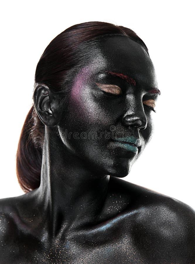 Porträt der schönen jungen Frau mit surrealem Make-up auf weißem Hintergrund stockfotografie