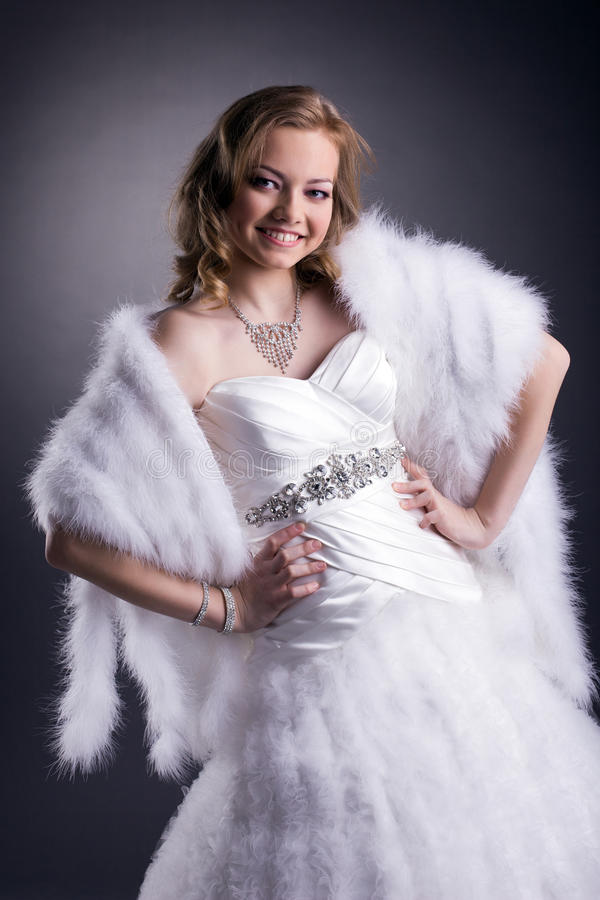 Porträt der lächelnden Braut aufwerfend im Studio stockfotos