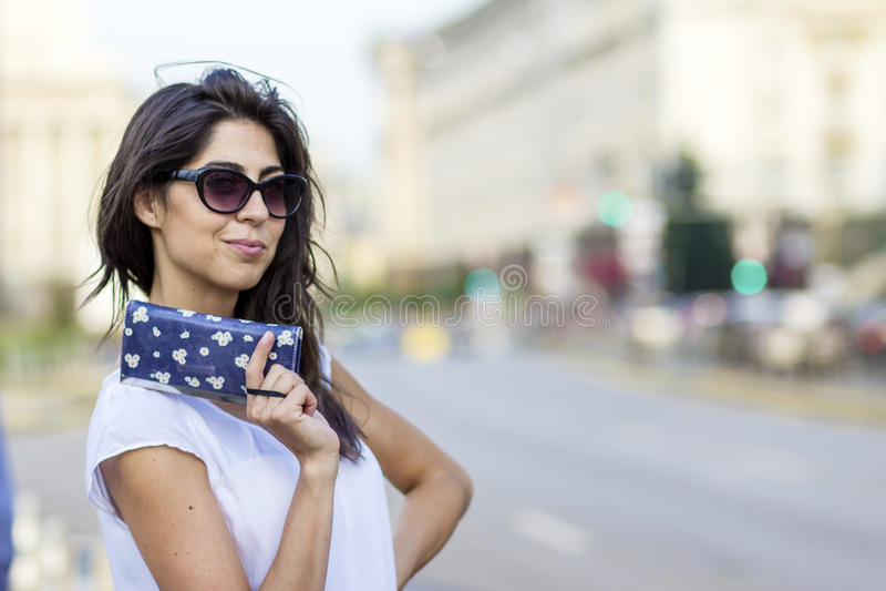 Porträt der schönen lächelnden Frau mit weniger Tasche in der Hand lizenzfreies stockfoto
