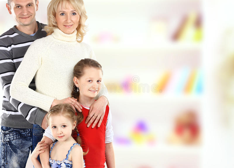 Porträt der schönen lächelnden glücklichen vierköpfiger Familie lizenzfreie stockfotografie