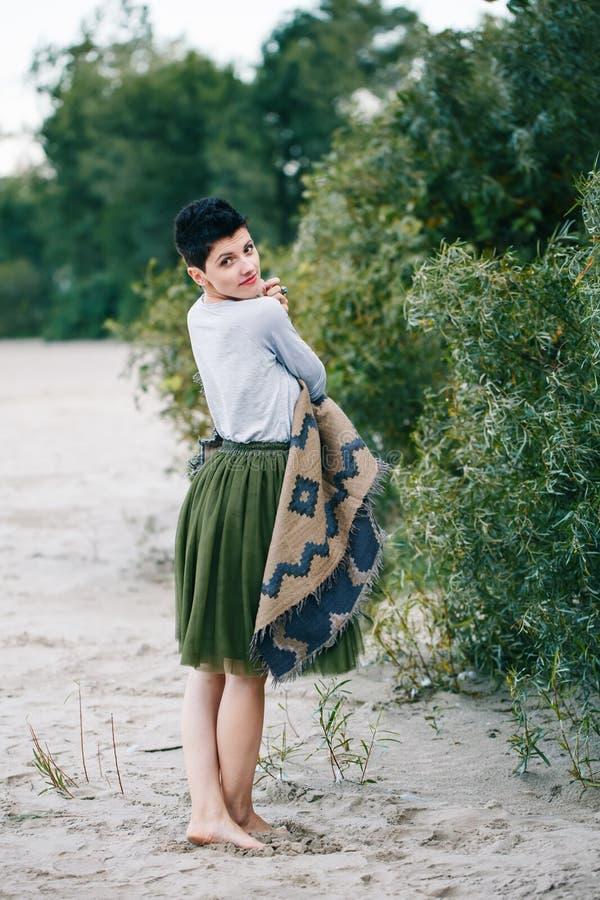 Porträt der schönen lächelnden lachenden kaukasischen Brunettefrau mit dem kurzen Haar im grauen Hemd, Ballettröckchentulle-Rock  stockfotos