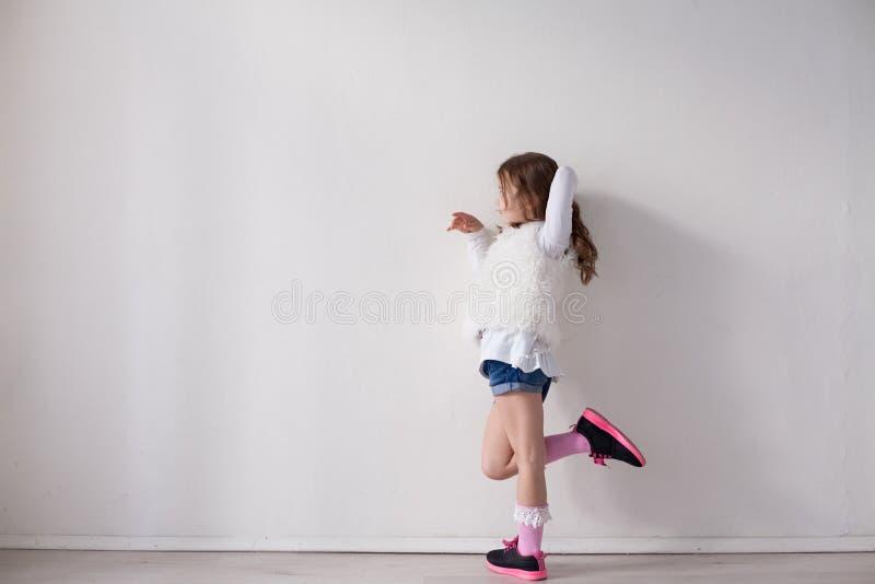 Porträt der schönen modernen Aufstellung des kleinen Mädchens stockbilder