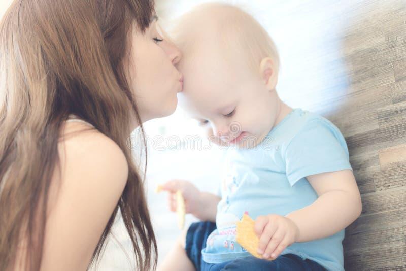 Porträt der schönen Mutter ihr Kindermädchen küssend lizenzfreie stockfotografie