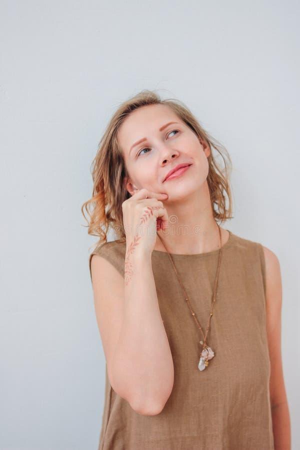 Porträt der schönen reizend jungen Frau im Leinenkleid mit mehendi auf Händen, eco Naturschönheit, lokalisiert auf weißem Hi lizenzfreie stockbilder