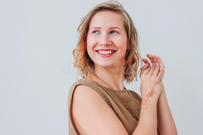 Porträt der schönen reizend jungen Frau im Leinenkleid mit mehendi auf Händen, eco Naturschönheit, lokalisiert auf weißem Hi lizenzfreies stockbild