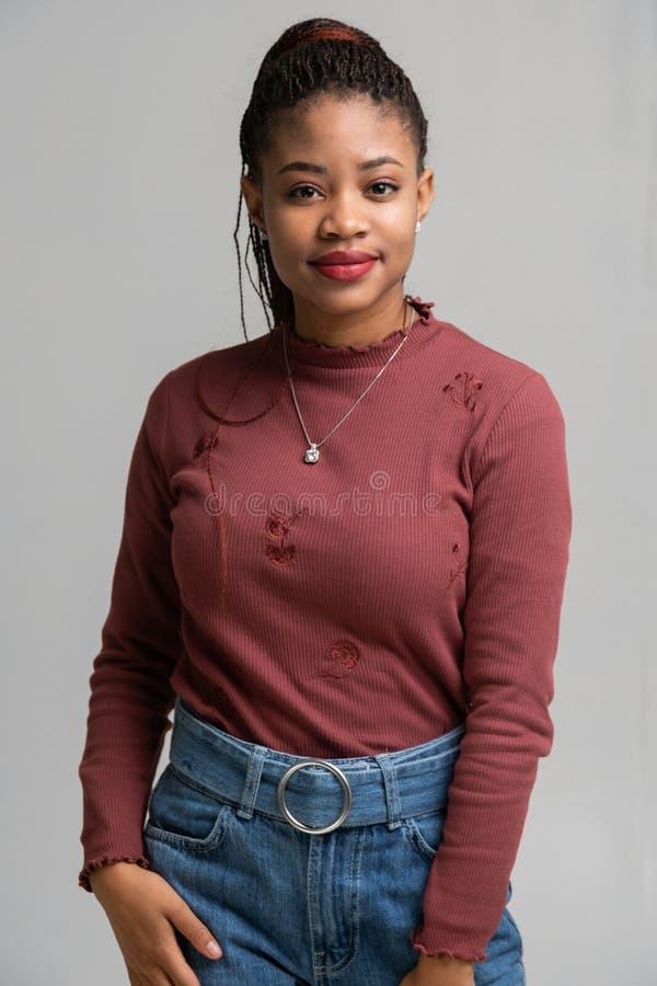 Porträt der schönen schwarzen Frau lokalisiert auf weißem Hintergrund lizenzfreie stockfotos