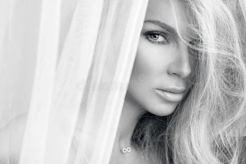 Porträt der schönen sinnlichen Blondine mit perfektem natürlichem und glattem Gesicht in einem empfindlichen Make-up stockfotografie