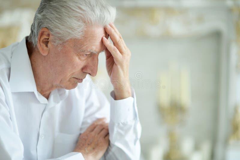 Porträt der schönen traurigen denkenden Aufstellung des älteren Mannes stockfoto
