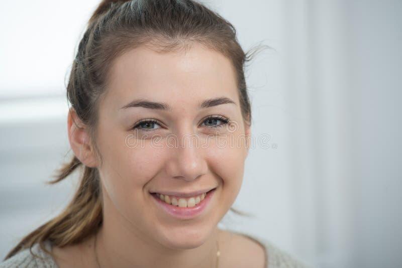 Porträt der schönen und lächelnden jungen Frau stockbilder
