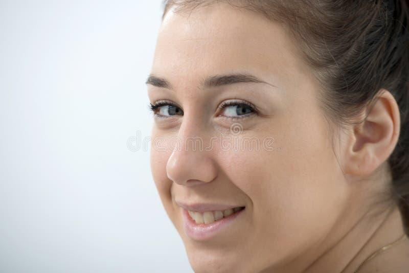 Porträt der schönen und lächelnden jungen Frau lizenzfreies stockbild