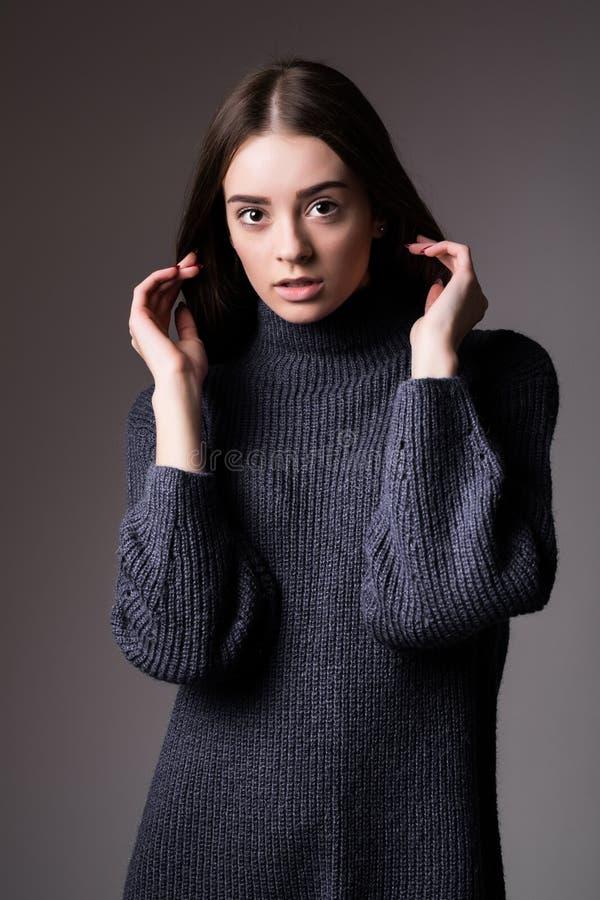 Porträt der schönen vorbildlichen Frau, die auf dunklem Hintergrundstudio possing ist lizenzfreies stockbild