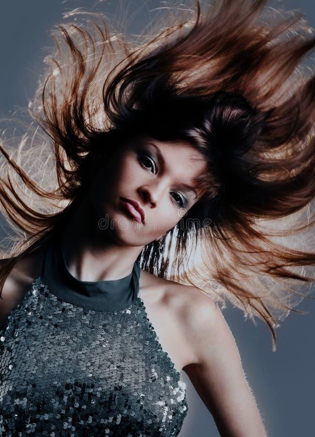 Porträt der schöner und Mode-Modell-Frau mit den geblasenen Haaren lizenzfreie stockbilder