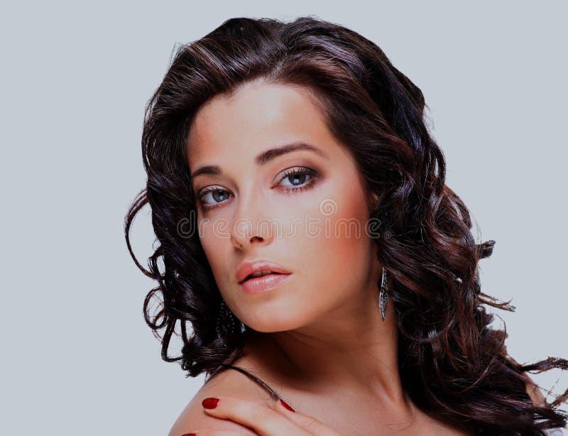 Porträt der schöner und Mode-Modell-Frau mit den geblasenen Haaren stockfotos