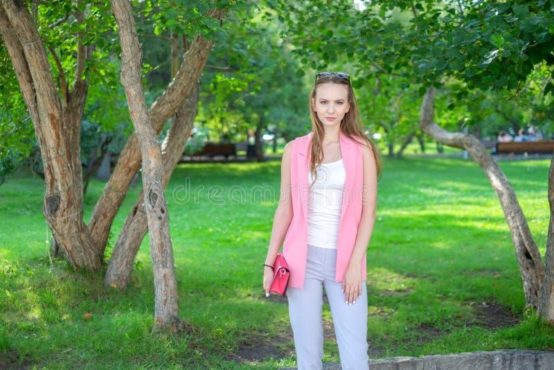 Porträt der Schönheit aufwerfend am Park lizenzfreie stockfotos