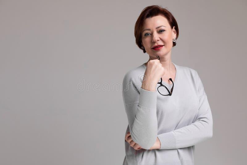 Porträt der Schönheit in der hellen Kleidung mit den Gläsern in der Hand lokalisiert auf hellem Hintergrund stockfotos