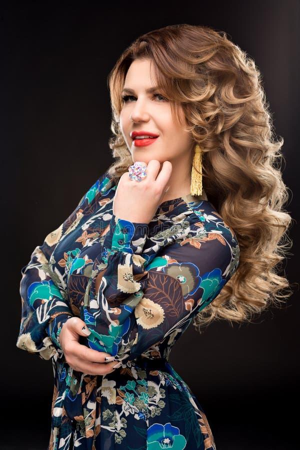 Porträt der Schönheit mit dem ausgezeichneten gelockten Haar, modischer Schmuck, stilvolle Kleidung Schmuck: Ring, Ohrringe lizenzfreie stockfotos