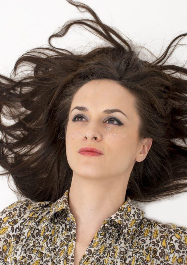 Porträt der Schönheit mit dem ausgezeichneten Haar lokalisiert lizenzfreie stockfotos
