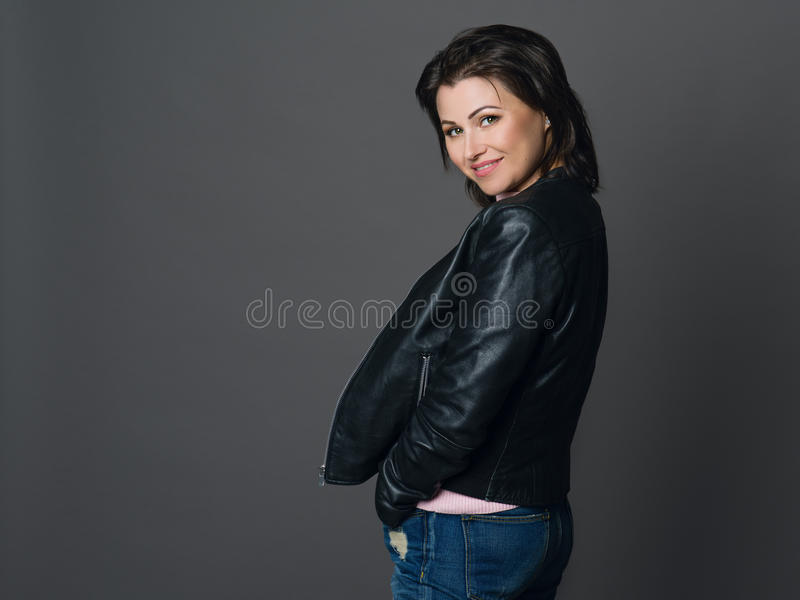 Porträt der Schönheit mit dem dunklen Haar und den grünen Augen kleid lizenzfreies stockfoto