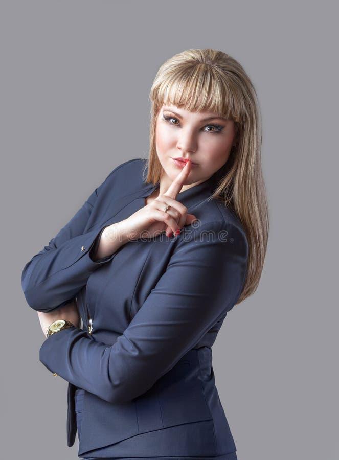 Porträt der Schönheit mit dem Finger auf Lippen lizenzfreie stockbilder