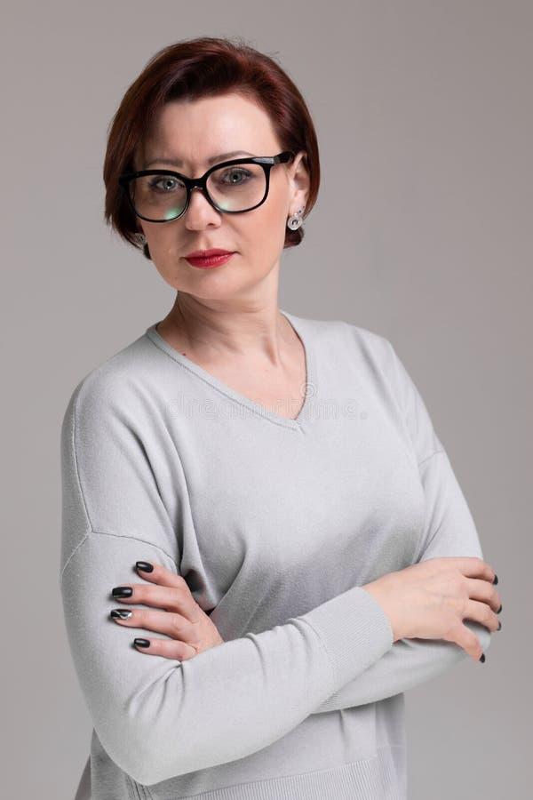 Porträt der Schönheit mit den Gläsern lokalisiert auf hellem Hintergrund stockfotos