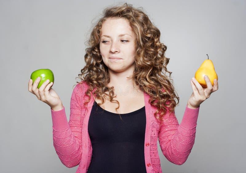 Porträt der Schönheit mit einem Apfel und einer Birne lizenzfreies stockfoto