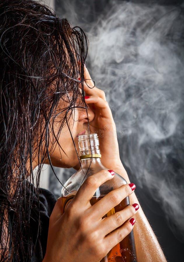 Porträt der Schönheit mit Flasche des Alkoholgetränks lizenzfreie stockfotos