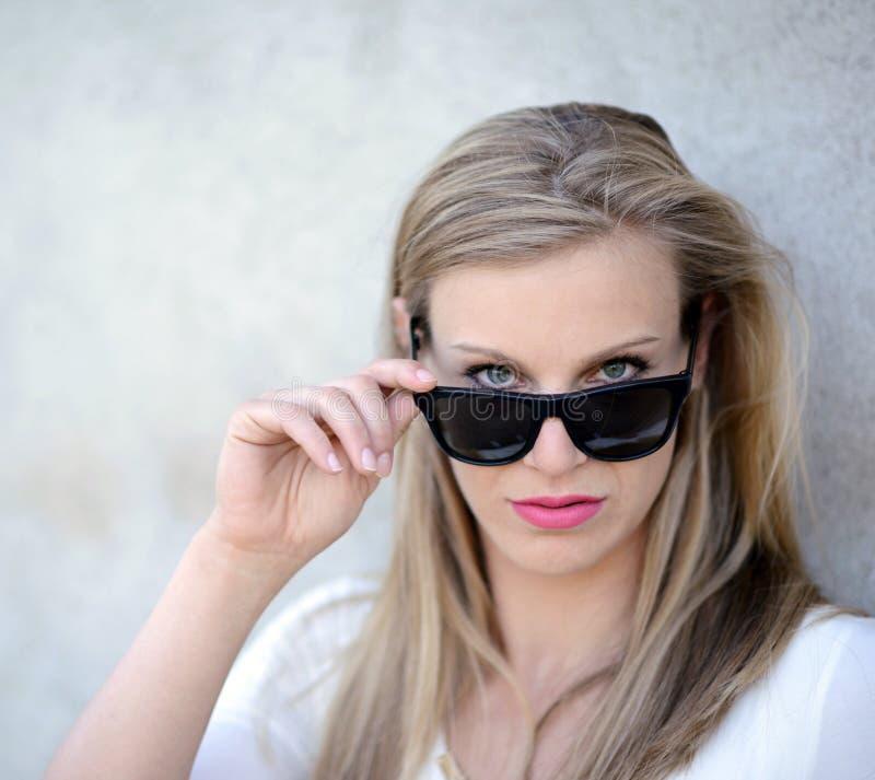 Porträt der Schönheit mit Gläsern stockbilder