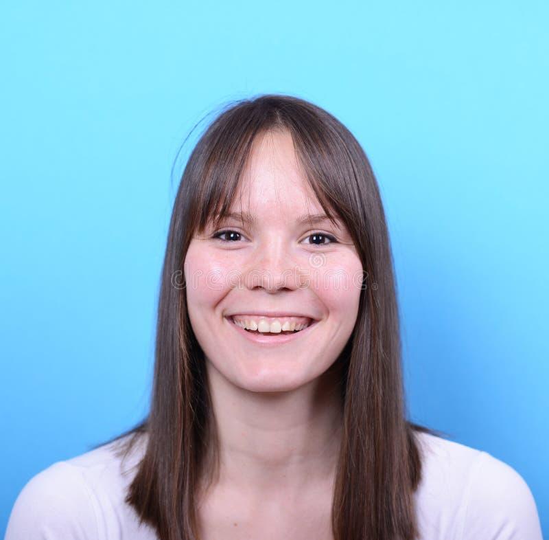 Porträt der Schönheit mit lächelt ihm gegen blaues backgrou lizenzfreies stockfoto