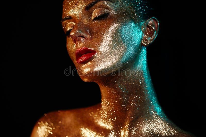 Porträt der Schönheit mit Scheinen auf ihrem Gesicht stockbild