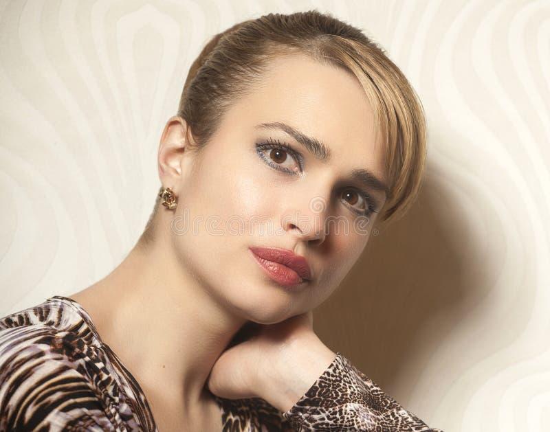 Porträt der Schönheits-Frau auf Tapetenhintergrund lizenzfreie stockbilder