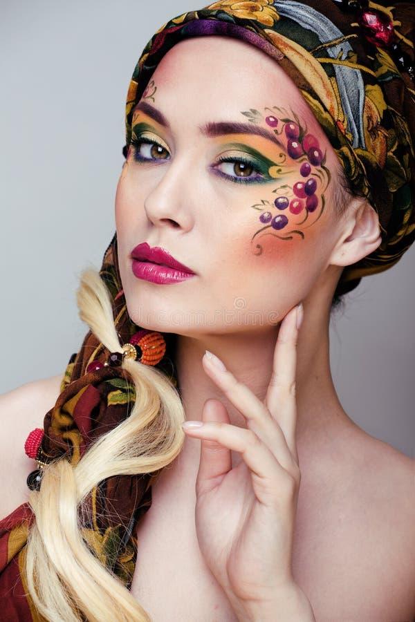 Porträt der Schönheitsfrau mit Gesichtskunst lizenzfreies stockfoto