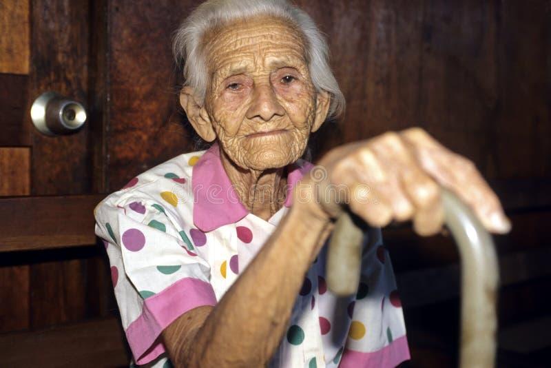 Porträt der sehr alten, geknitterten, Nicaraguafrau stockfoto