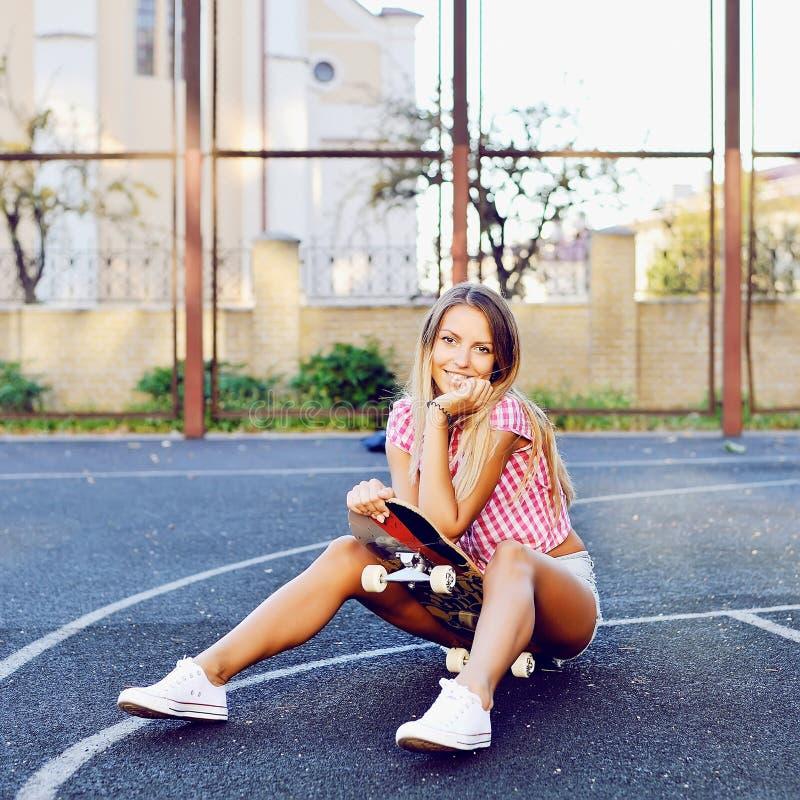 Porträt der sexy jungen stilvollen lächelnden jungen Frau in den zufälligen Clo stockfotografie