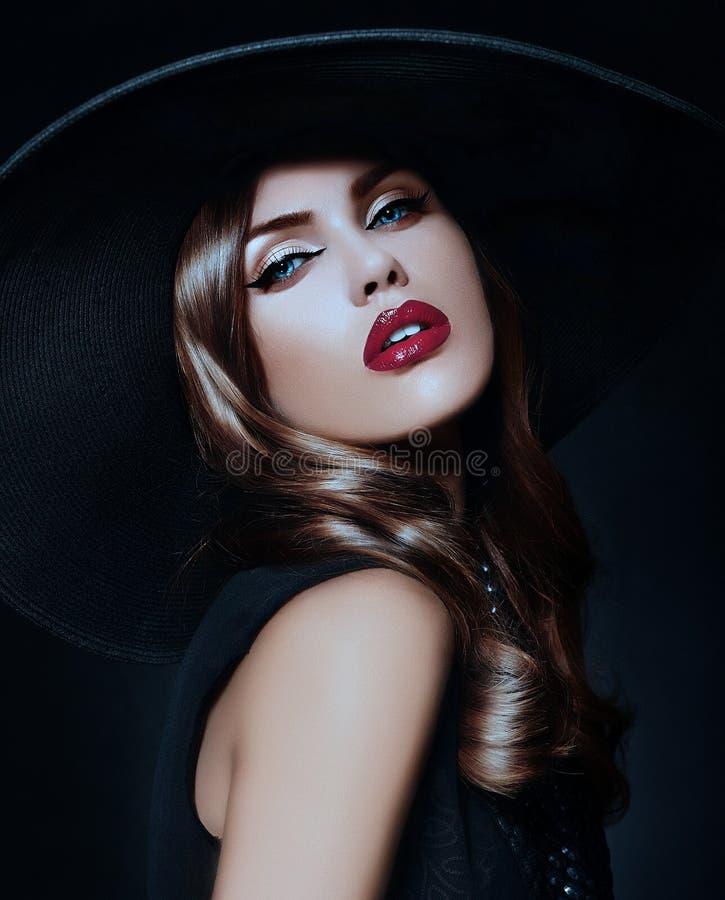Porträt der sexy vorbildlichen Frau mit den bunten Lippen vervollkommnen skean stockbilder