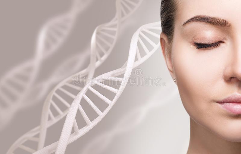 Porträt der sinnlichen Frau unter weißen DNA-Ketten lizenzfreie stockfotos