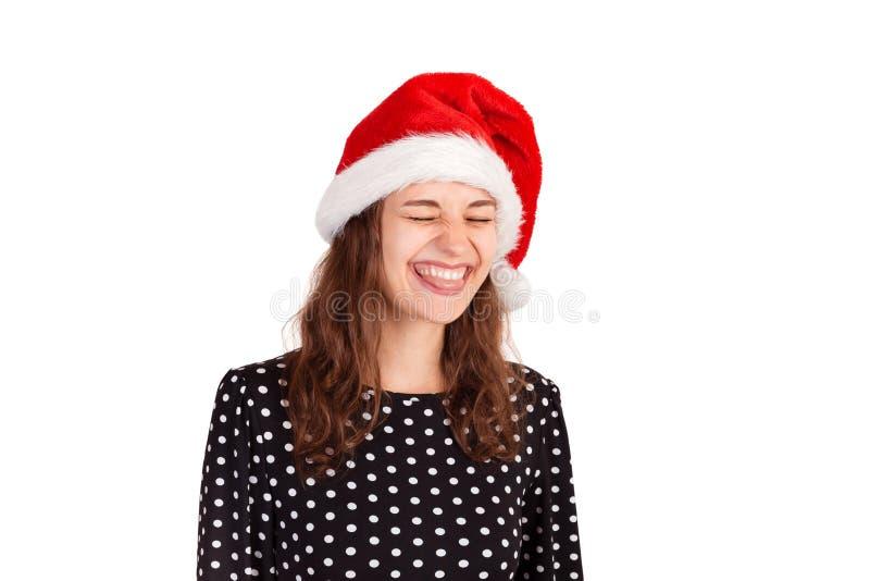 Porträt der spielerischen erwachsenen Frau im Kleid, das heraus Zunge, lustiges Gesicht machend haftet emotionales Mädchen in Wei lizenzfreies stockbild