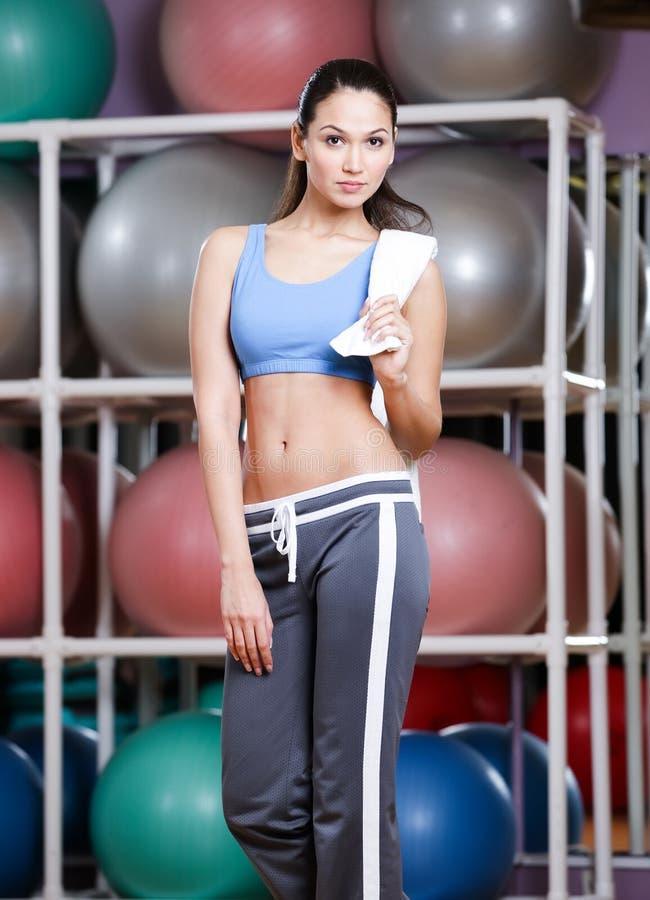 Porträt der sportlichen jungen Frau in der Sportkleidung lizenzfreie stockfotografie