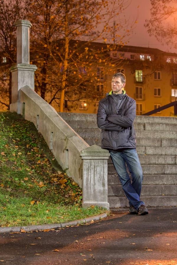 Porträt der Stellung des jungen Mannes vor Treppe im Stadtpark nachts lizenzfreie stockbilder