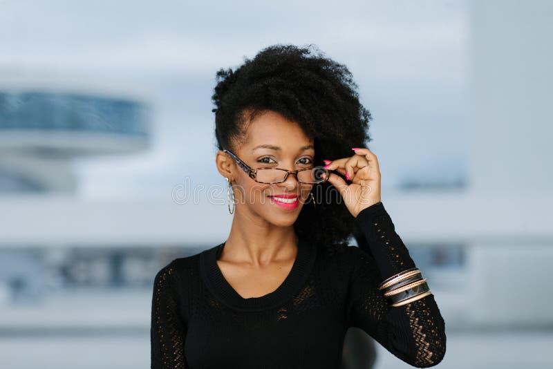 Porträt der stilvollen Afrofrisurfrau stockfoto