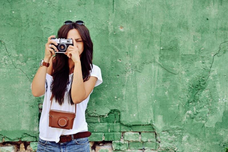 Porträt der stilvollen jungen Brunettefrau in der zufälligen Kleidung mit lizenzfreies stockbild