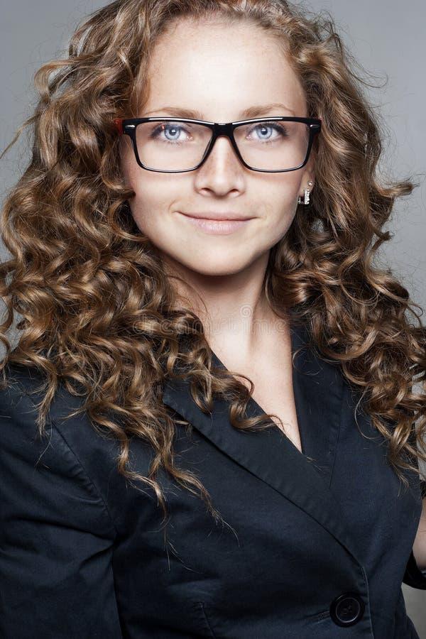 Porträt der tragenden Gläser der Geschäftsfrau lizenzfreie stockfotos