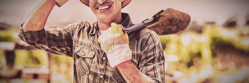 Porträt der tragenden Schaufel des Landwirts stockbilder