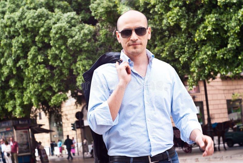 Porträt der tragenden Sonnenbrille eines attraktiven herrlichen Kerls stockbilder