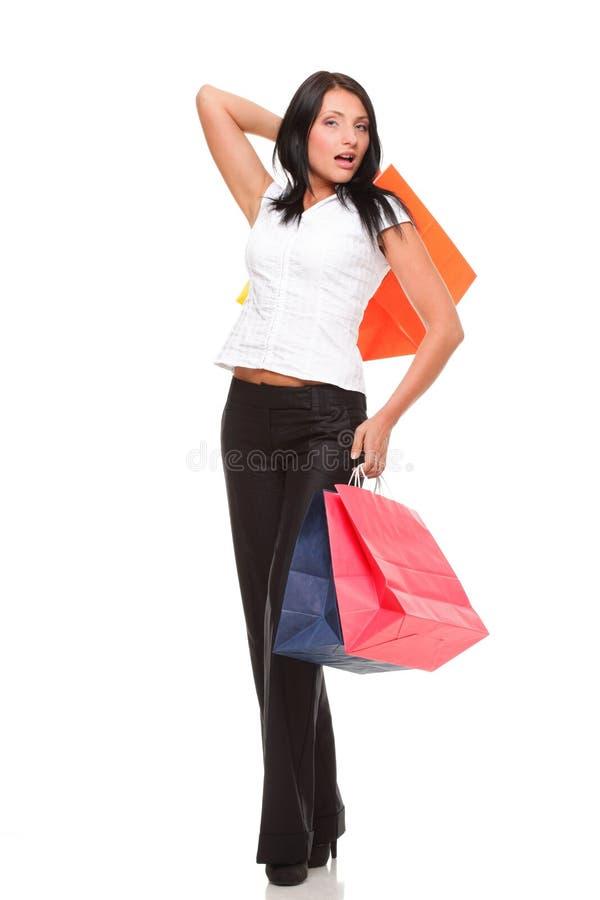 Download Porträt Der Tragenden Taschen Der Jungen Frau Einkaufsgegen Weißes BAC Stockfoto - Bild von attraktiv, getrennt: 27732036