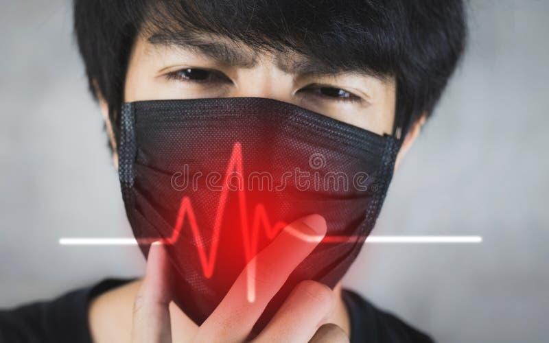Porträt der tragenden Vermeidung von Umweltverschmutzung des Mannes oder der Grippemaske mit Gefahr stockfotografie
