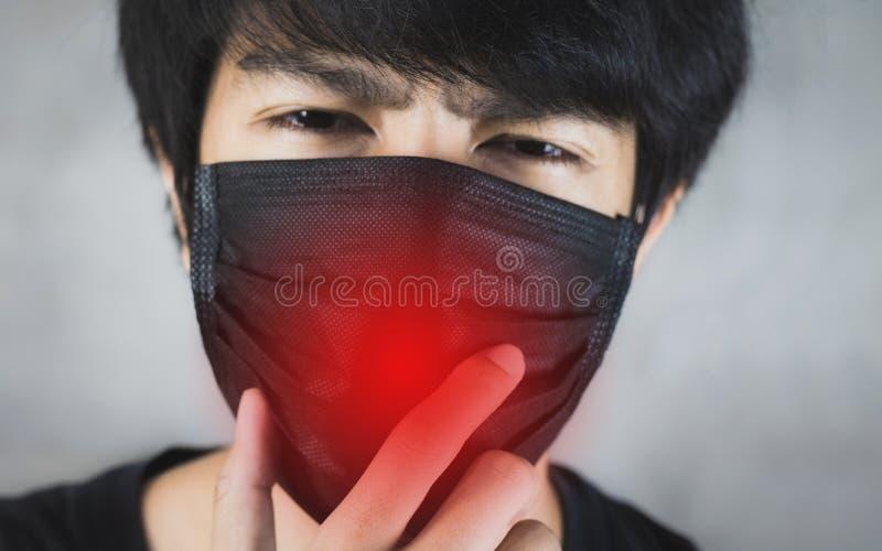 Porträt der tragenden Vermeidung von Umweltverschmutzung des Mannes oder der Grippemaske mit Gefahr stockbild