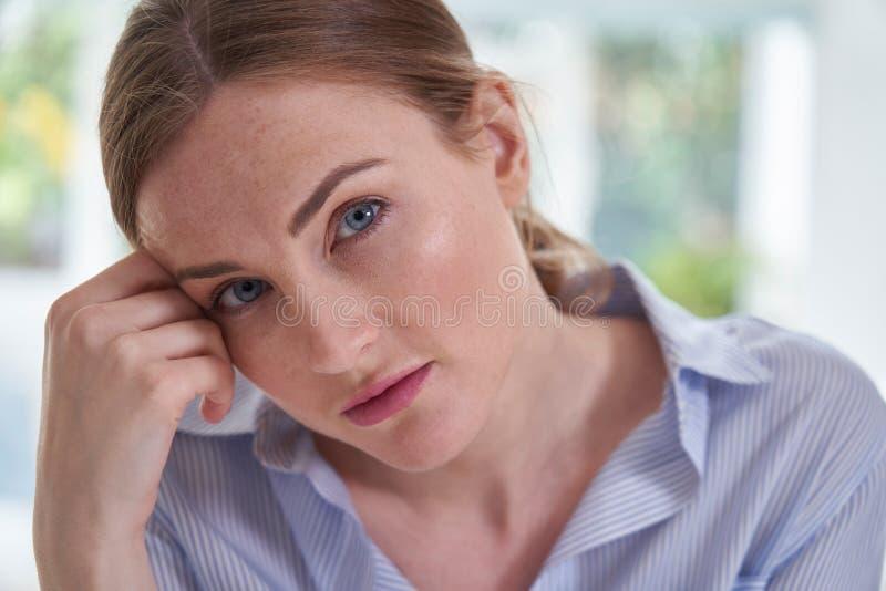 Porträt der traurigen jungen Frau, die unter Krise mit Kopf in den Händen leidet lizenzfreies stockfoto